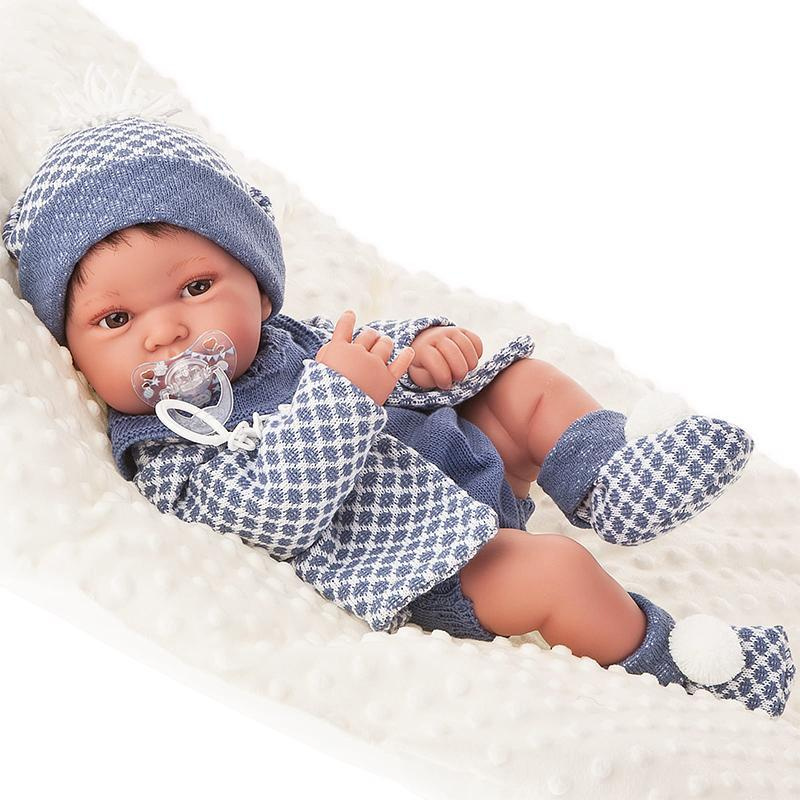 Papusa bebe realist Pipo cu salteluta pufoasa, corp anatomic corect, alb-albastru, Antonio Juan